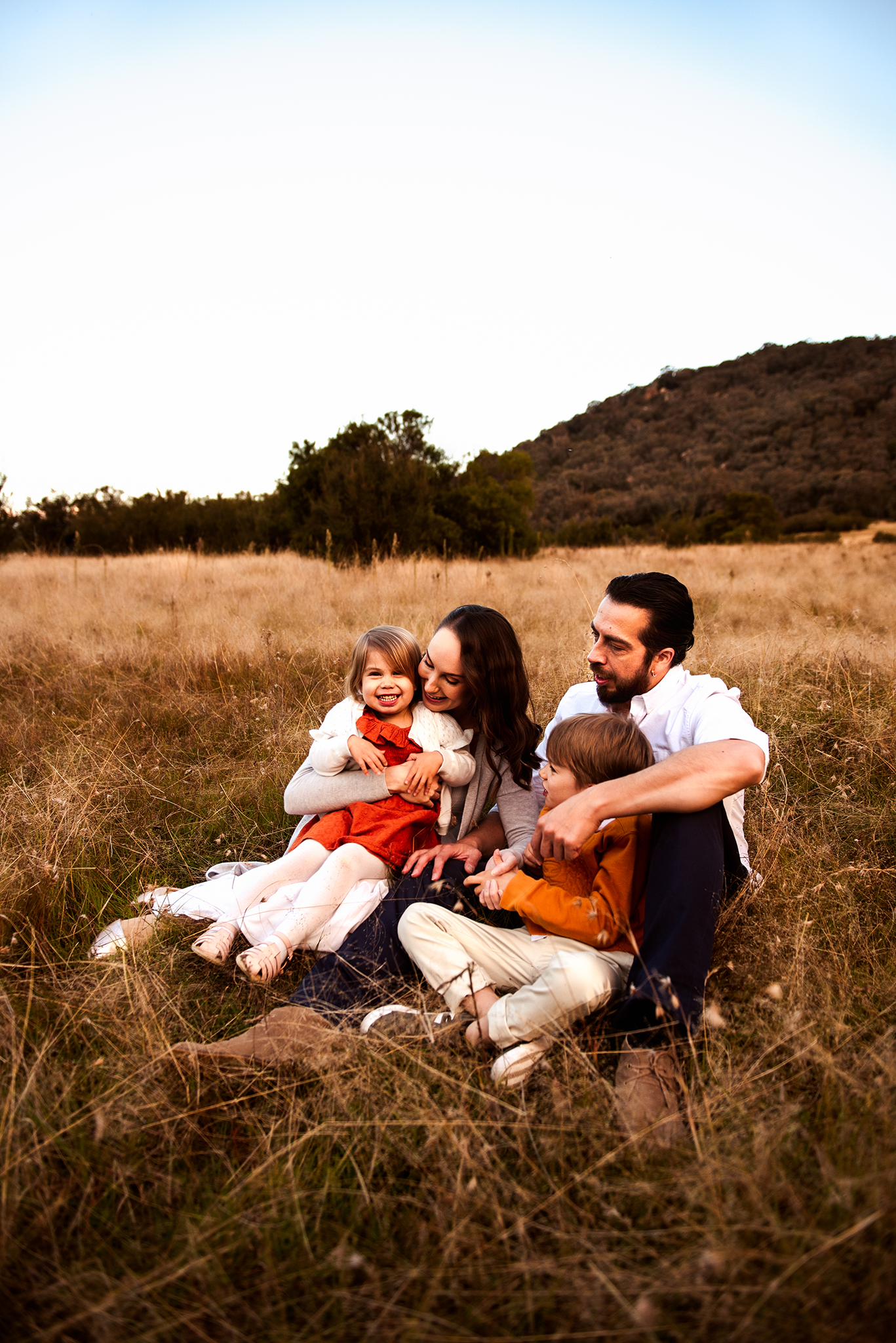 canberra family photographer family snuggling